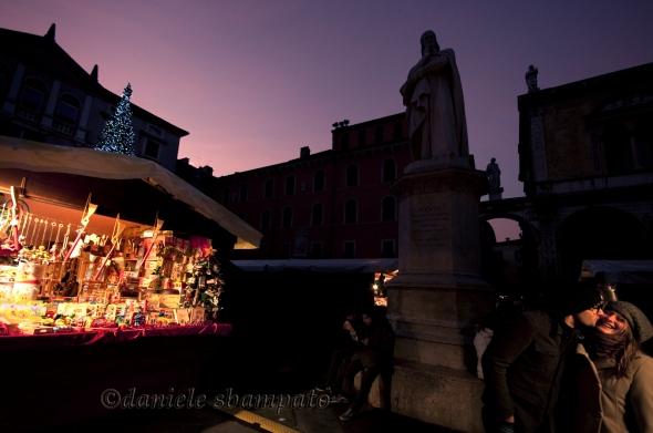 Sotto_monumento_Dante_Verona_Capodanno