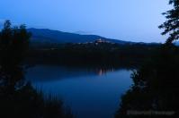 Il lago Pertusillo di notte riflette il blu del cielo. Sullo sfondo l'abitato di Spinoso. Abriola, Anzi, Armento, Calvello, Carbone, Castelsaraceno, Gallicchio, Lagonegro, Laurenzana, Lauria, Marsicovetere, Nemoli, Paterno, Pignola, Rivello, San Chirico Raparo, San Martino d'Agri, Sasso di Castalda, Tito e Tramutola sono i Comuni che, oltre a quelli citati, si sono associati per dar vita al Parco.