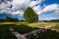 La città romana di Grumentum fu fondata nel III sec. a.C. in un luogo di interesse strategico. Ha l'impianto classico del castrum, con un cardo principale e una serie di decumani che lo intersecano perpendicolarmente. L'importanza della città è testimoniata dalla presenza di un anfiteatro e di un teatro ancora visibili.