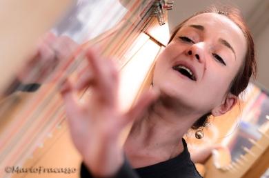 Daniela Ippoliti insegna a suonare l'arpa ai ragazzi della scuola musicale di Viggiano. Spiega che lo strumento locale è una particolare arpa portativa, simile a quella spagnola ma con corde molto morbide che consentono di avere più variazioni tonali.