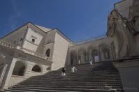 Cassino (FR), l'abbazia di Montecassino (esterno). Nel 577 d.C. per mano dei Longobardi, nell'883 per le scimitarre saracene, nel 1349 a causa di un terremoto. Nel 1944 dalle bombe Americane. La storia dell'abbazia di Montecassino è stata sempre travagliata, tra saccheggi, distruzioni e ricostruzioni. La sfortunata vita dei monaci che dovettero abbandonare l'abbazia si rivelò, però, uno dei motori della diffusione dell'ordine benedettino: peregrinando da un luogo all'altro la regola di San Benedetto si diffuse velocemente.