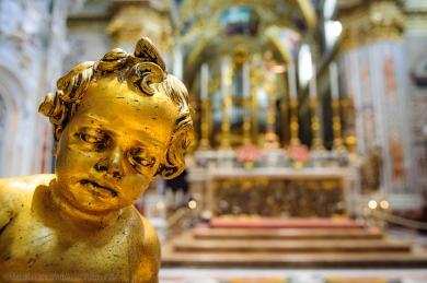 Cassino (FR), l'abbazia di Montecassino (interno). La chiesa abbaziale fu rasa al suolo dai bombardamenti statunitensi, ma fu ricostruita nel 1964. All'esterno il bianco marmo dona un senso di pace, all'interno, invece, gli ori e le decorazioni barocche mostrano tutta la ricchezza di questo edificio.