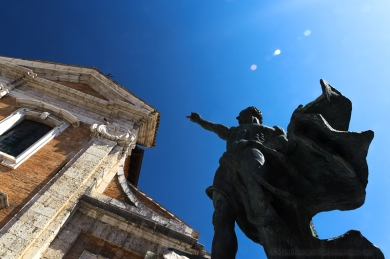 Arpino (FR), la statua di Cicerone. Presentare un personaggio storico come Marco Tullio Cicerone è sicuramente superfluo. Forse non tutti sanno, però, dove sia nato. Arpinum, l'attuale Arpino, alla fine del II sec. a.C., era un importante centro sotto l'egemonia di Roma. Qui nacque il più conosciuto degli oratori e a lui è dedicata una statua nella piazza centrale del paese.