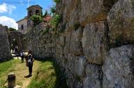 Arpino (FR), l'acropoli. A testimoniare l'importanza di Arpino nella storia antica resta la sua acropoli. Le mura megalitiche in opera poligonale sono ottimamente conservate. La porta maggiore è un ingresso molto peculiare, definito dagli archeologi, come di tipo sceo. Si tratta di aperture oblique che impedivano al nemico un attacco frontale e lo costringevano ad avere il lato destro, quello la cui mano regge la spada, rivolto verso le mura e quindi scoperto agli attacchi di chi difendeva.