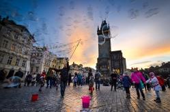 Un'artista allieta bambini e turisti in Staroměstské náměstí (Piazza della Città Vecchia)