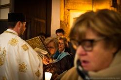 Il bacio al Vangelo prima di entrare in chiesa per la messa