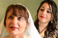 Il Martedì di Pashkët, madre e figlia si aiutano a vicenda durante la vestizione dell'abito tradizionale
