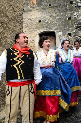 Durante le Vallje in gruppi si balla in cerchio tenendosi per mano