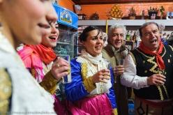 Dopo aver girato in tondo per il paese, con o senza prigionieri, tutti i partecipanti alle Vallje si radunano nei bar per brindare alle loro tradizioni