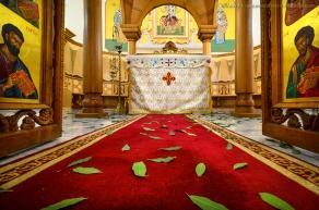 L'altare dietro l'iconostasi nella chiesa di Civita