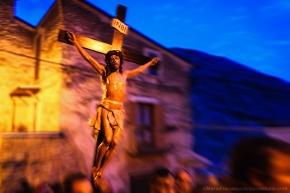 Gesù crocefisso è portato in processione durante il Venerdì Santo (INBI, Gesù Nazareno Basilisco dei Giudei, richiama la cultura Ortodossa