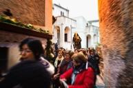 Mentre gli uomini conducono in processione il crocefisso, le donne portano la statua della Madonna e l'icona del Santo Sepolcro