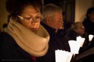 I fedeli, dopo aver ricevuto la luce, assistono al rito che si svolge all'esterno della chiesa