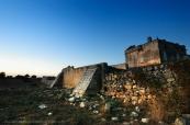 L'edificio tipico dell'agro salentino era la masseria che spesso, per motivi di difesa, venivano fortificate con un alto muro di cinta e una torre o un corpo di fabbrica più alto che consentisse l'avvistamento.
