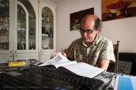 Giuseppe De Pascalis si documenta per aggiornare il sito rizegrike.com