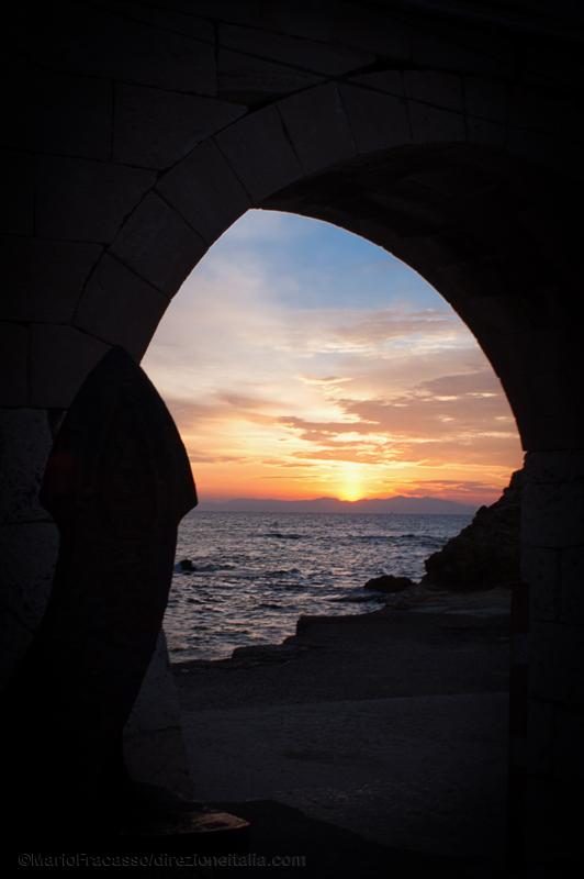 All'alba sono spesso ben visibili le montagne albanesi: da Otranto distano meno di cento chilometri. Per molti secoli questa città ha rappresentato realmente il punto di accesso ufficiale per persone, poteri e amministrazioni che venivano da est. Nel suo porto transitava chi entrava in Occidente e chi partiva per l'Oriente.