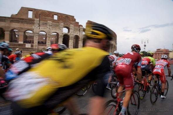 I ciclisti sfilano accanto al Colosseo durante l'ultima tappa del Giro d'Italia 2018