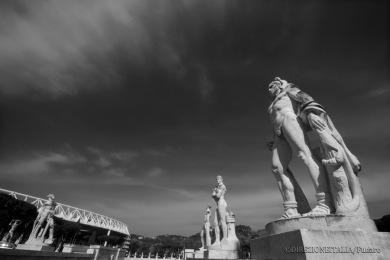 Le statue che circondano lo Stadio Pietro Mennea sembrano guidare il visitatore verso lo Stadio Olimpico