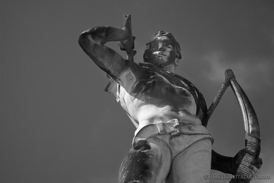 La scultura di un arciere nell'attimo in cui afferra la freccia da scoccare