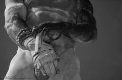 Le mani di una statua allo stadio Pietro Mennea, noto come Stadio dei Marmi