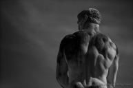 Un massiccio atleta scolpito nel travertino allo Stadio dei Marmi, intitolato a Pietro Mennea