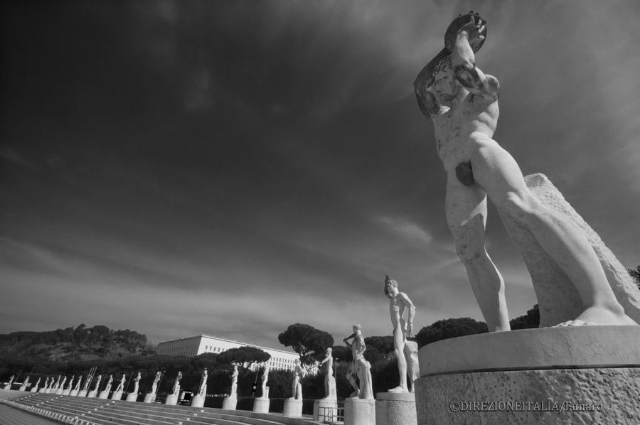 Sullo sfondo di una fila di sculture marmoree risalta la sagoma solida del Ministero degli Affari Esteri