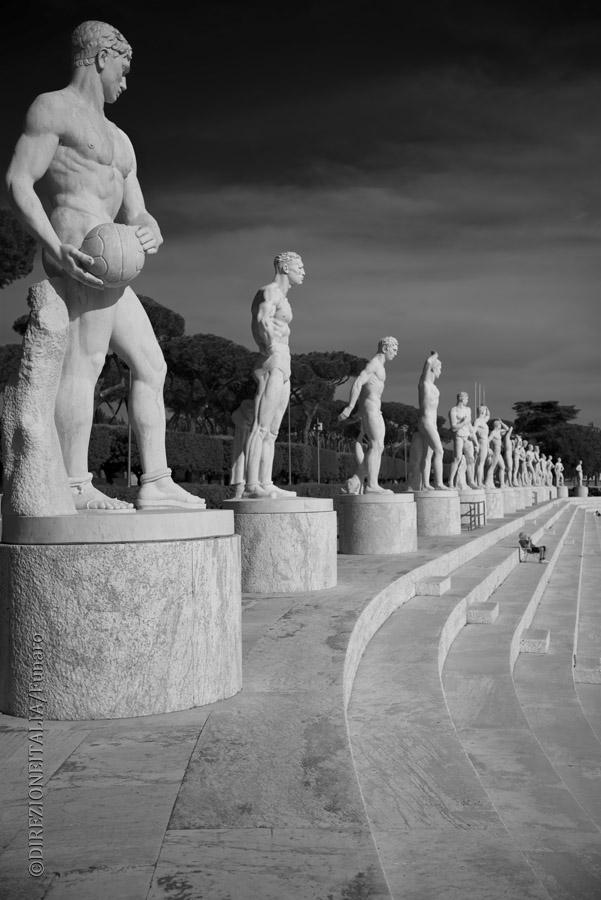 Sono tante le statue alle spalle della tribuna dello stadio dei Marmi