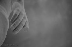Il dettaglio di una mano di marmo di una delle sculture dello stadio Pietro Mennea del Foro Italico di Roma