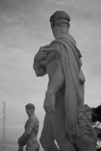 Tra le tante statue che si trovano intorno allo stadio dei marmi, alcune sembrano osservarsi, quasi sfidandosi