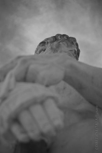 Osservando dal basso un atleta scolpito nella pietra, intorno allo stadio dei Marmi, si resta colpiti dalla sua grandezza