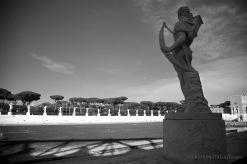 L'arciere di pietra, allo stadio dei Marmi e le sculture sulla tribuna opposta