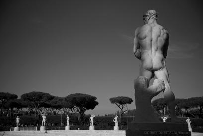 Gigantesche statue di marmo circondano gli spalti dello stadio Pietro Mennea