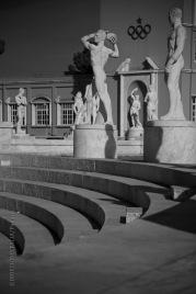 Le gradinate dello stadio dei Marmi e l'ingresso al campo sono sormontate dalle colossali statue di atleti
