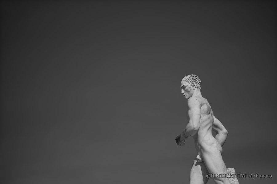 Un maratoneta in corsa è rappresentato tra le statue che si trovano allo Stadio dei Marmi