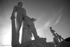 Il movimento atletico è reso alla perfezione nelle sculture che abbracciano le tribune dello stadio dei Marmi
