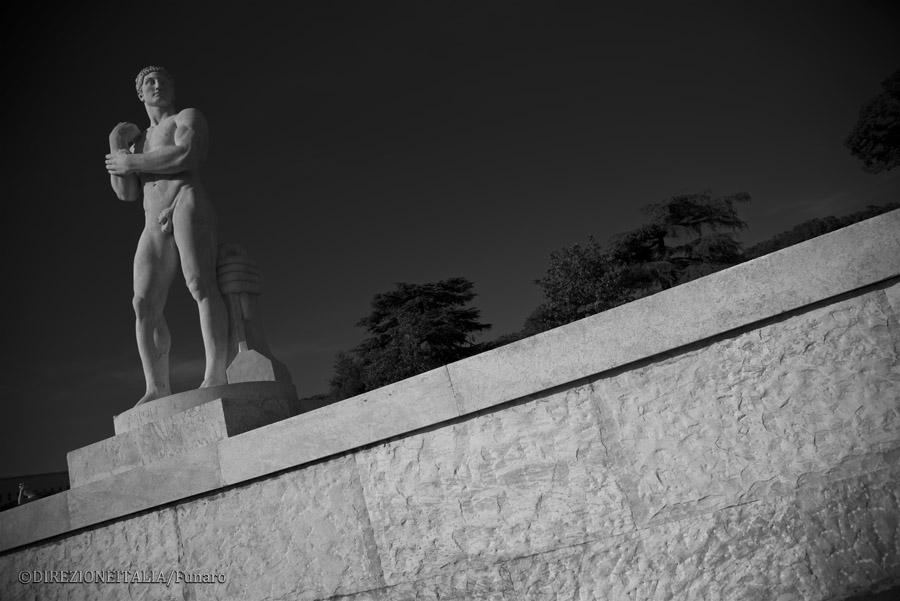 Una delle statue di marmo che si trovano attorno al corridoio di accesso al campo dello stadio dei Marmi