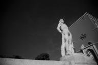 Anche l'accesso al campo dello stadio dei Marmi è incorniciato da grandi statue