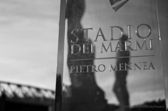 Alcune delle statue di marmo dello stadio Pietro Mennea