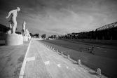 Alcune persone si allenano correndo sulla pista dello stadio dei Marmi