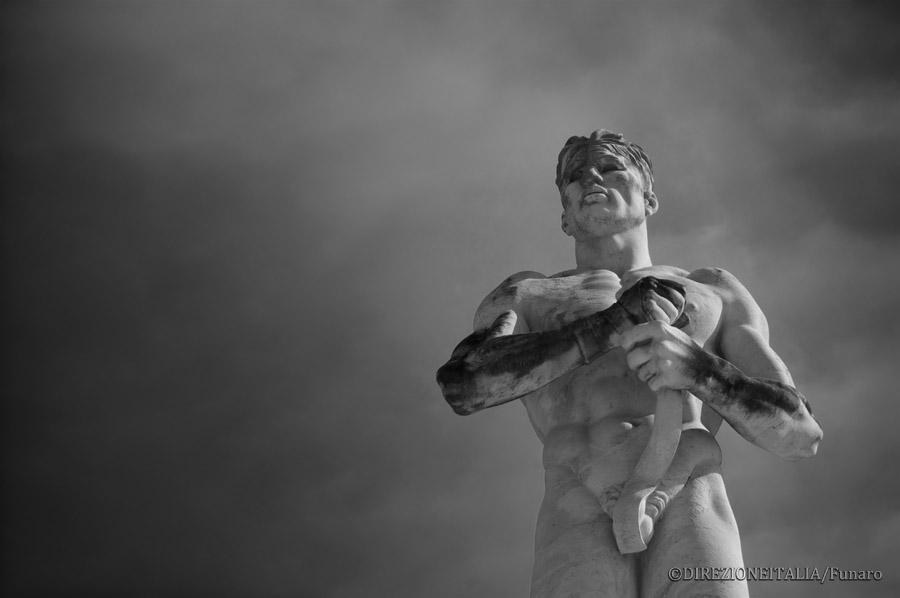 Una grande statua raffigura un pugile nell'atto di fasciarsi le mani prima di partecipare a un combattimento