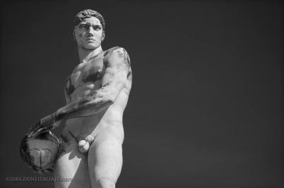 La statua di un portiere di calcio che tiene saldamente tra le mani il pallone è rappresentata allo stadio dei Marmi