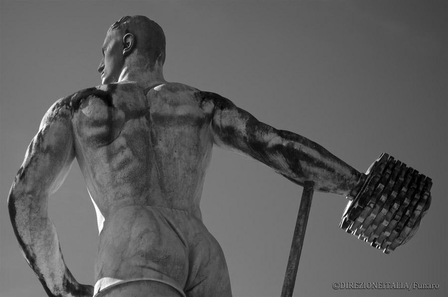 Attorno allo stadio dei Marmi si trovano statue che sembrano congelare lo sforzo atletico